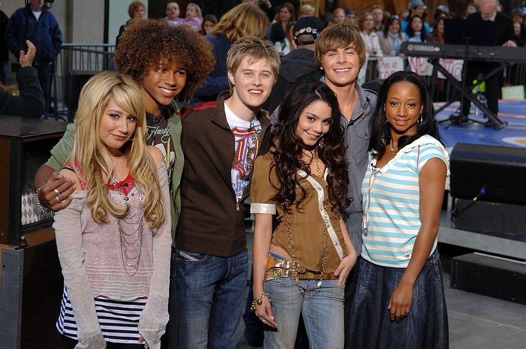 "Ashley Tisdale, Corbin Bleu, Lucas Grabeel, Vanessa Anne Hudgens, Zac Efron e Monique Coleman di ""High School Musical"""