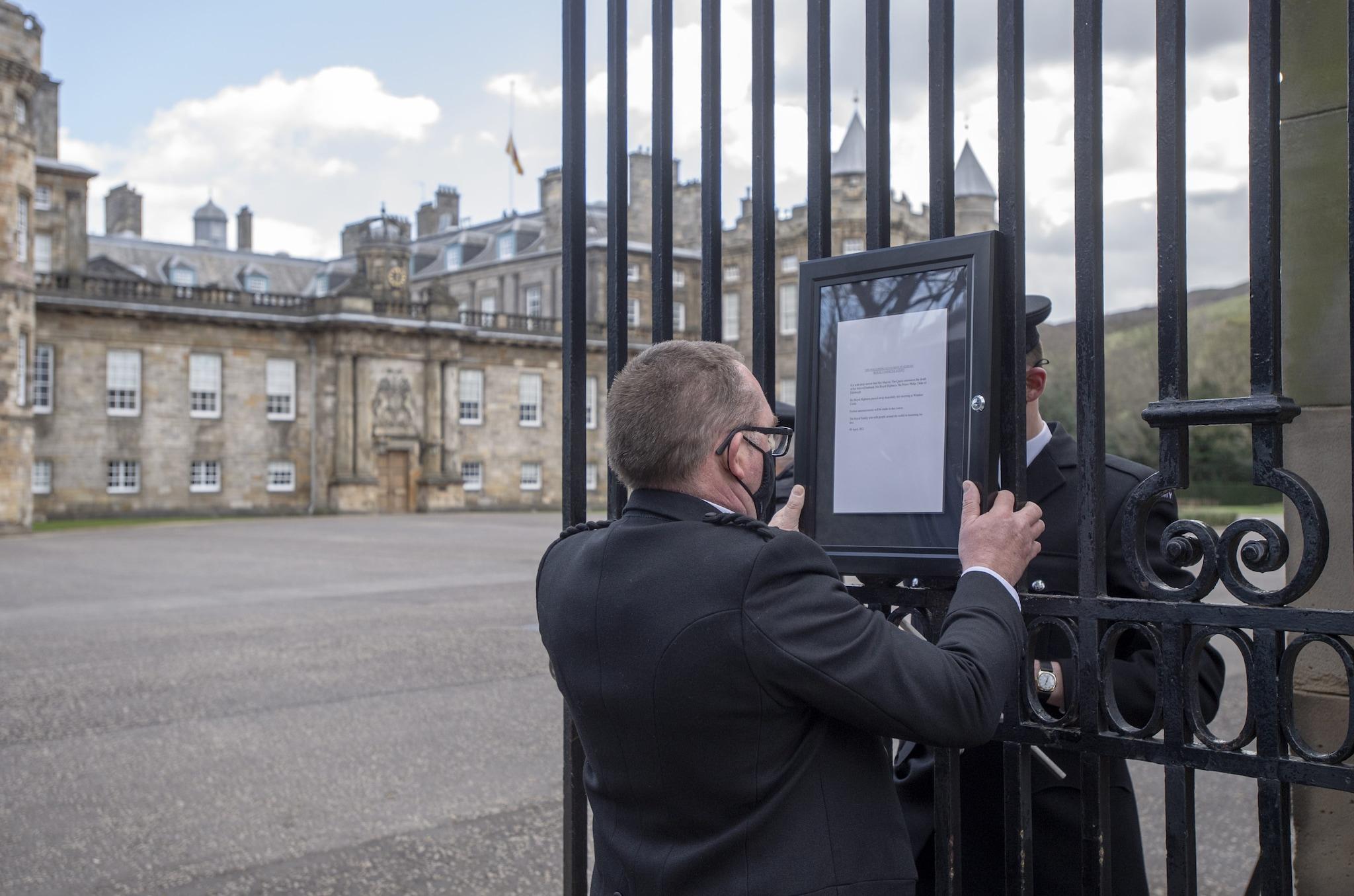La targa rimossa dai cancelli di Buckingham Palace