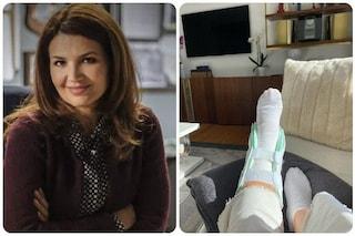 Infortunio per Tosca D'Aquino, l'attrice si mostra col piede fasciato