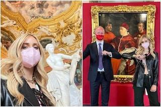 Chiara Ferragni a Palazzo Pitti, selfie tra le opere di Canova e Raffaello