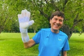 """La mano enorme di Gianni Morandi dopo l'incidente: """"È in riparazione"""""""