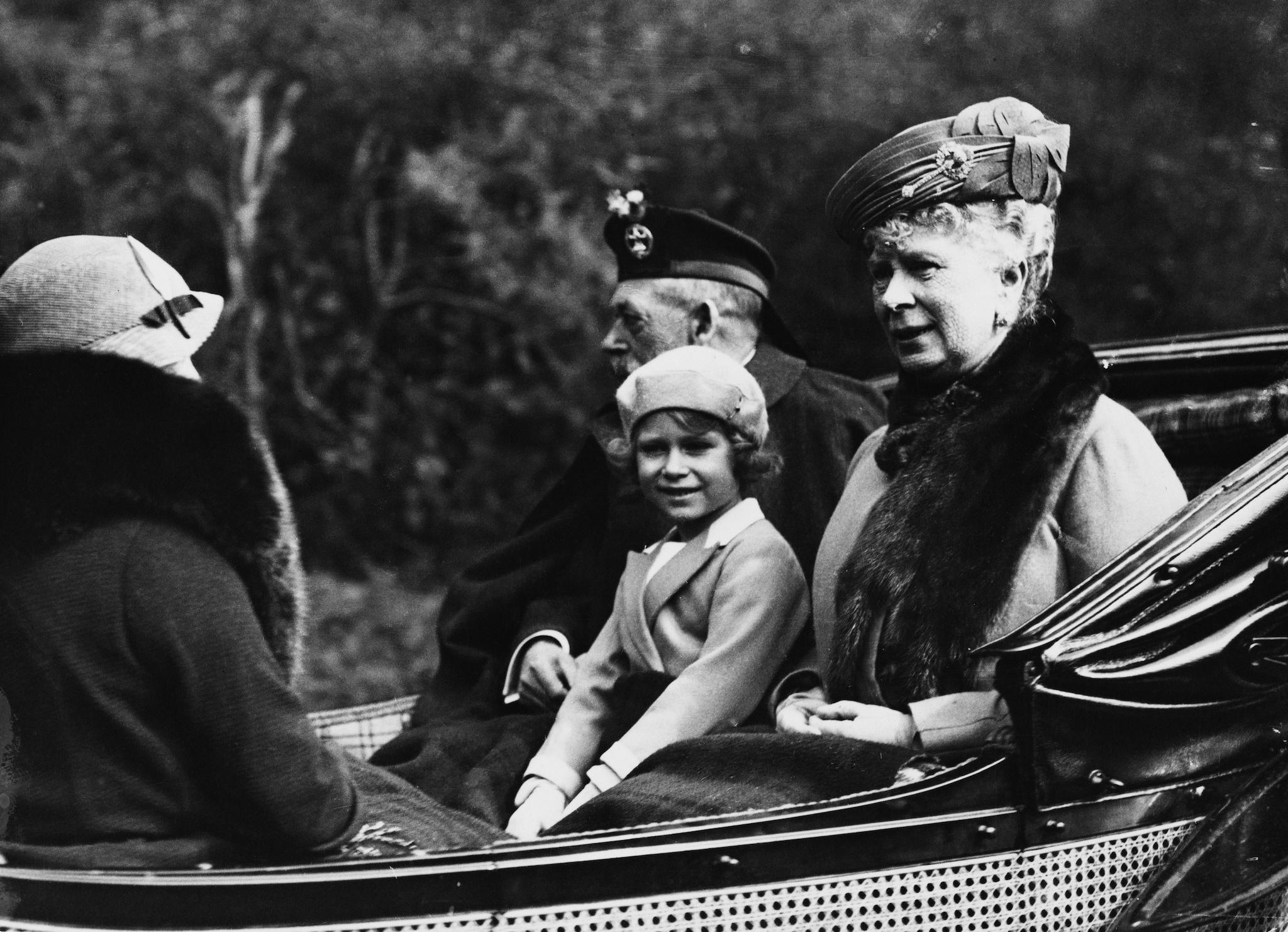 La regina da bambina tra i nonni Giorgio V e Mary of Teck