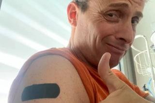 """Angelo Pintus e il cerotto sul braccio: """"Tutto ok"""", ma non è per il vaccino"""