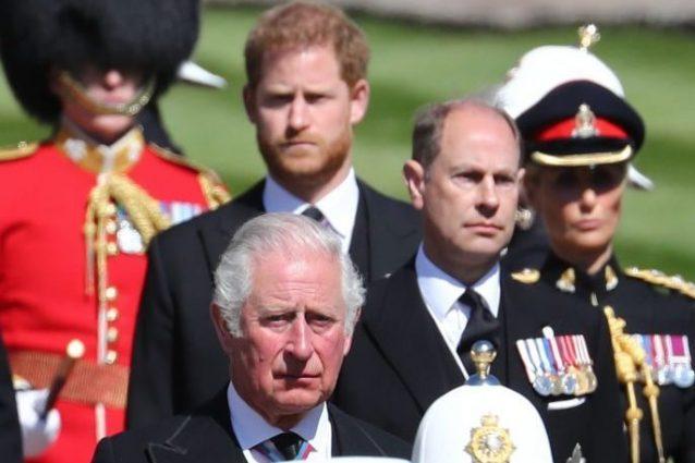 Il principe Edoardo, con il fratello Carlo e il nipote Harry, ai funerale del principe Filippo.