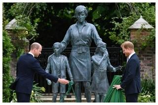 William e Harry svelano la statua per i 60 anni di Lady Diana, i fratelli tornano uniti