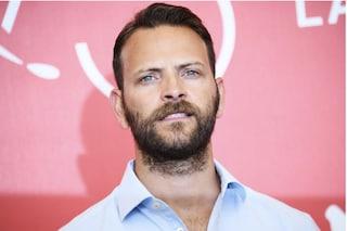 Alessandro Borghi accusato di sessismo non ci sta, la replica dell'attore furioso sui social
