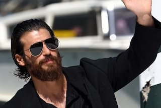 Anche Can Yaman arriva a Venezia, l'attore turco conquista il Lido tra applausi e foto