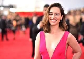 """Emilia Clarke: """"Non cederò alla chirurgia estetica, la vera bellezza è essere felici"""""""