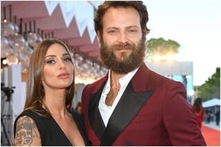 """Alessandro Borghi finalmente in pubblico con Irene Forti, di lei disse: """"È più interessante di me"""""""