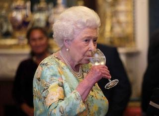 I medici della regina Elisabetta, 95 anni,  le hanno vietato di bere alcolici