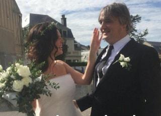 Un irriconoscibile Pete Doherty sposa la compagna Katia de Vidas