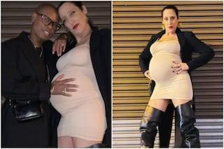 """Skin accarezza il pancione della compagna Ladyfag: """"Che emozione diventare mamma a 54 anni"""""""