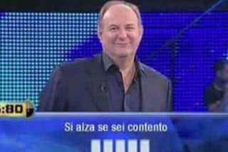 """Domanda con gaffe per Gerry Scotti in diretta: """"Si alza se sei contento, cinque lettere"""""""
