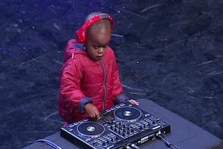 Baby dj di 3 anni fa impazzire il pubblico del talent show e vola in finale