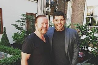 """Ricky Gervais sul set di Gomorra con Salvatore Esposito: """"La serie più grande del mondo"""""""