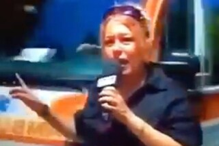 Ambulanza colpisce giornalista Rai in diretta, la reazione è tutta da ridere
