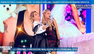 Paris Hilton insegna a Barbara d'Urso come si fa un selfie e celebra Cristiano Malgioglio
