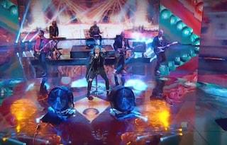 """Incidente per Loredana Bertè a """"Che Tempo Che Fa"""", la cantante cade durante l'esibizione"""