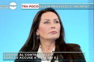 """Silvia Provvedi incinta? La madre commenta e attacca Fabrizio Corona: """"Lui la ama ancora"""""""