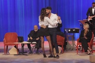 Fabrizio Corona e Belén Rodriguez ballano al Maurizio Costanzo Show, tra loro l'intimità di sempre