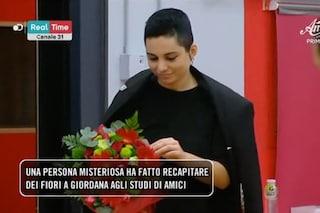 """Amici 18, spasimante invia fiori a Giordana Angi e gli allievi la stuzzicano: """"È Elena D'Amario"""""""