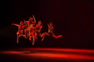 Chi sono i Kataklò, compagnia italiana di danza acrobatica che accompagna Arisa a Sanremo 2019