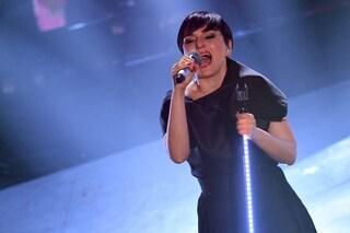 Arisa dimentica le parole sul palco di Sanremo 2019, il gesto di stizza sottolinea l'errore