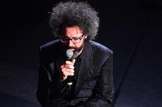 """Standing ovation per """"Abbi cura di me"""" a Sanremo 2019, Simone Cristicchi commosso a centro palco"""