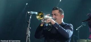 Roy Paci sul palco di Sanremo 2019 con il braccialetto 'verità per Giulio Regeni' al polso
