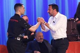 """Pace tra Mahmood e Matteo Salvini, che gli chiede l'autografo: """"Mio figlio è tuo fan"""""""