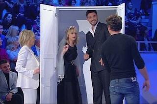 """Francesco Monte a C'è posta per te: """"Lei si chiama Maria, come marijuana"""", poi entra nell'armadio"""