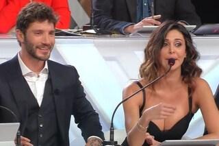 Belen Rodriguez torna a Sanremo Young e trova Stefano De Martino con un mazzo di rose