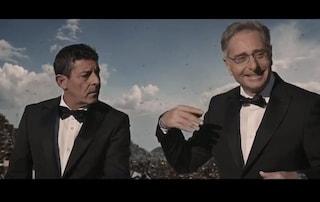 In smoking tra la monnezza, nello spot di Ciao Darwin 8 c'è il senso della carriera di Paolo Bonolis
