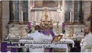 """Panico durante la messa di Rete 4, un uomo sale sull'altare e interrompe il prete: """"Sono Dio"""""""