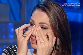 """Anna Tatangelo: """"L'amore con Gigi D'Alessio nato da una lite"""". Poi scoppia in lacrime per i genitori"""