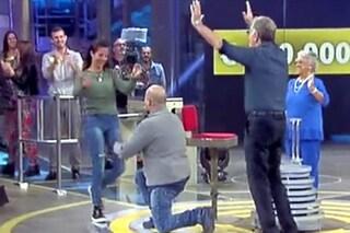 """Vince 140mila euro ad Avanti un altro e chiede la mano della fidanzata: """"Vuoi sposarmi?"""""""