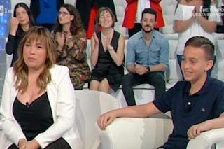 Il figlio di Gigi Sabani compie 11 anni in tv, il ragazzino non ha mai conosciuto il papà scomparso