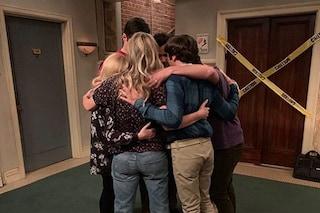 Addio The Big Bang Theory, le lacrime nell'ultimo giorno sul set