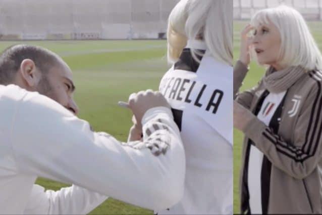 Leonardo Bonucci autografa la maglia della Juventus a Raffaella Carrà