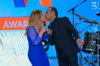 """Carlo Conti e il bacio di Vanessa Incontrada: """"Non me l'aspettavo, sono diventato rosso"""""""