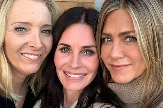 "Monica, Rachel e Phoebe ancora ""Friends"": Courteney Cox festeggia con Jennifer Aniston e Lisa Kudrow"