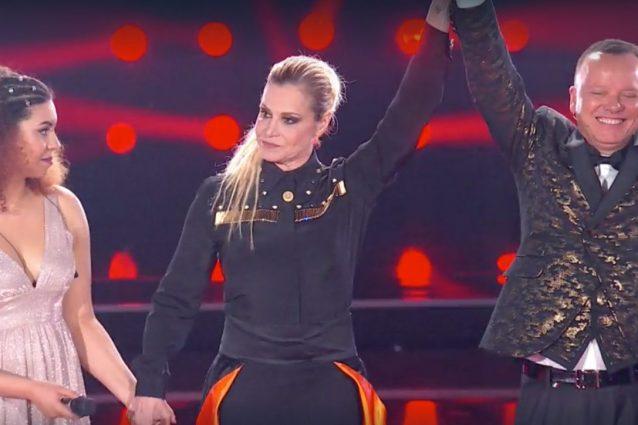 """La Ventura """"premia"""" D'Alessio, sul palco al posto di Carmen Pierri che, minorenne, non può andare in video dopo la mezzanotte."""