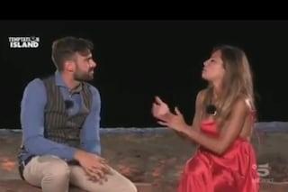 """Temptation Island, Arcangelo bacia la single Sonia poi colpevolizza Nunzia e la lascia: """"È finita"""""""