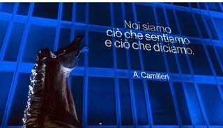 La Rai omaggia Andrea Camilleri, la facciata di viale Mazzini illuminata con le sue frasi celebri