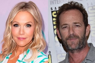 "Il tributo a Luke Perry in BH90210, la Kelly di Beverly Hills: ""Sul set era con noi nello spirito"""