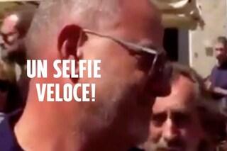 Chiede un selfie a Giulio Golia durante i funerali di Nadia Toffa, ecco la sua reazione