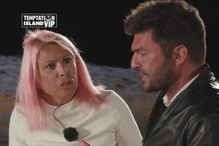 """Temptation Island Vip, Anna Pettinelli minaccia Macchi: """"Torno a casa da sola"""", poi lo perdona"""