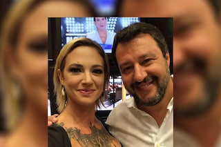 Il selfie della pace tra Asia Argento e Matteo Salvini (con Barbara D'Urso che spunta alle spalle)
