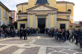 I funerali di Manuel Frattini oggi a Corsico, le immagini dell'addio alla stella del musical