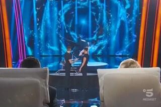 Incidente a Tu sì que vales, uno dei Fratelli Rossi cade sul palco durante la performance